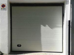 puerta seccional instalada en granada