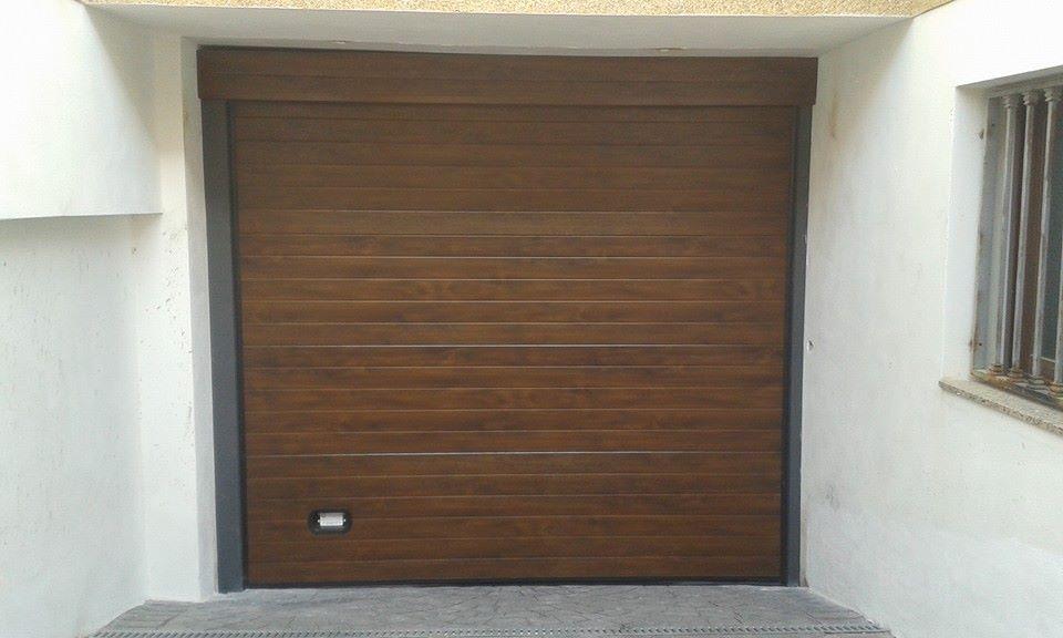 Puerta seccional imitaci n madera oscura con dintel de - Dintel de madera ...